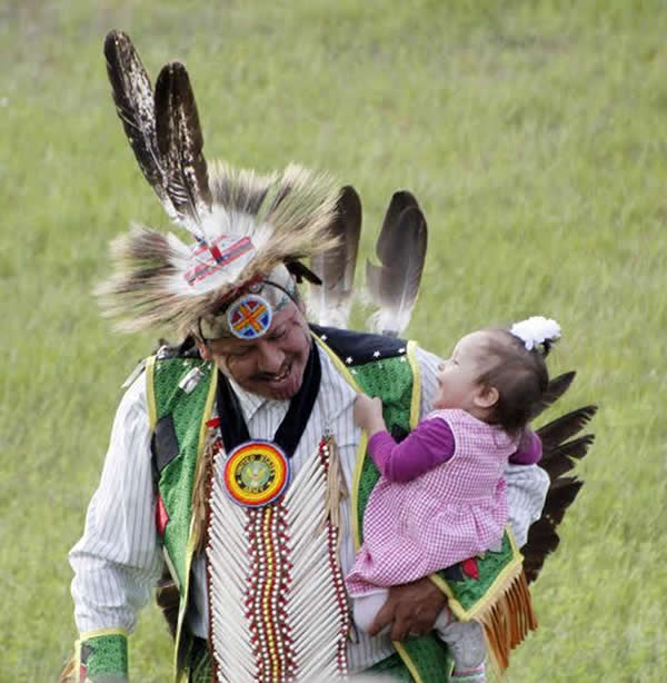 Ojibwe father and daughter celebrate at the Lac du Flambeau Indian Bowl (courtesy Dean Hall/Lakeland Times)